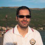Портретна слика од Ертај со позадина од брегот на Охридското Езеро во Струга.
