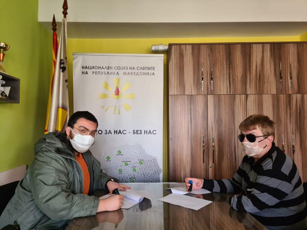 Слика од претседателот на НССРСМ Жарко Селковски и претседателот на Флуктус Христијан Поп-Симонов при потпишување на меморандумот за соработка