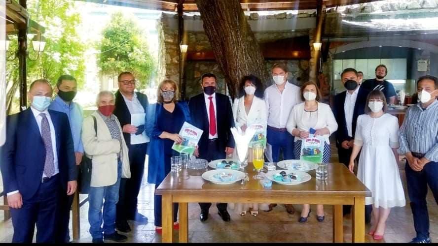 Групна фотографија од присутните на промоцијата на инклузивната сликовница