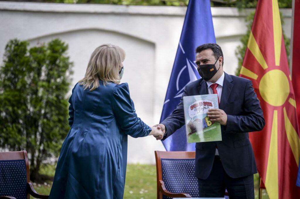 Премиерот Зоран Заев се ракува со авторот на сликовницата Гордана Симоновска Момироска