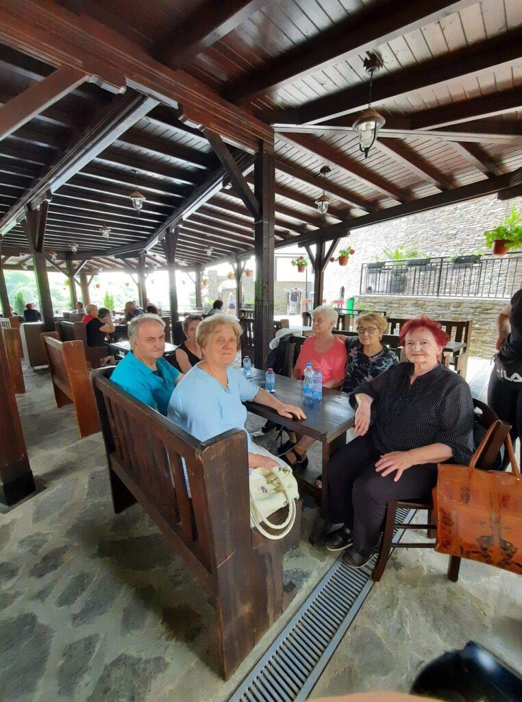 фотографија од дел од членовите кои беа на посета на манастирот
