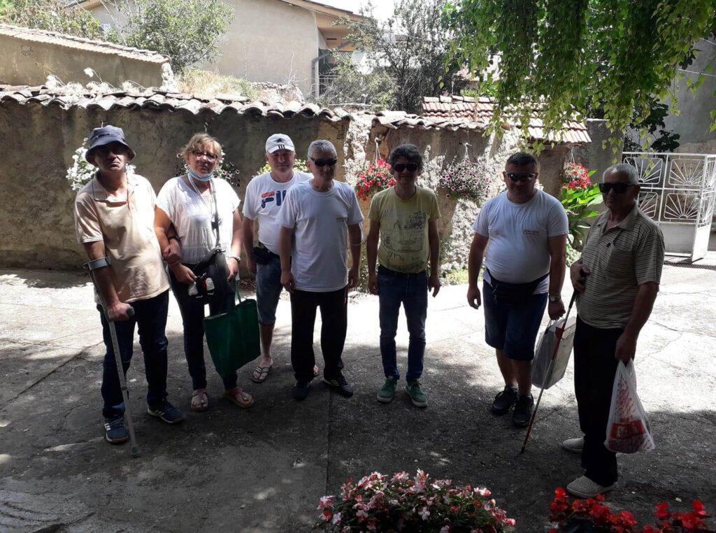 Групна слика на членови во дворот на Здружението