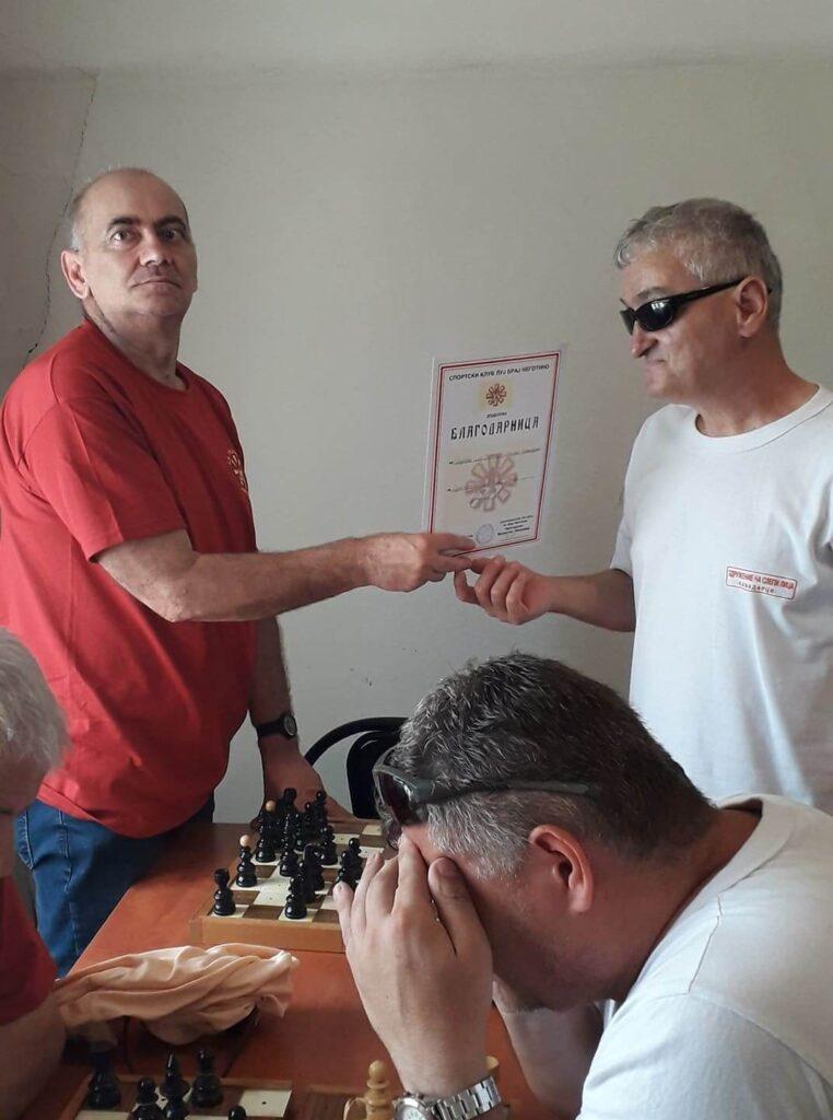 Делегатот на Спортскиот клуб ЛУЈ БРАЈ Неготино му доделува благодарница на претседателот на Кавадарци