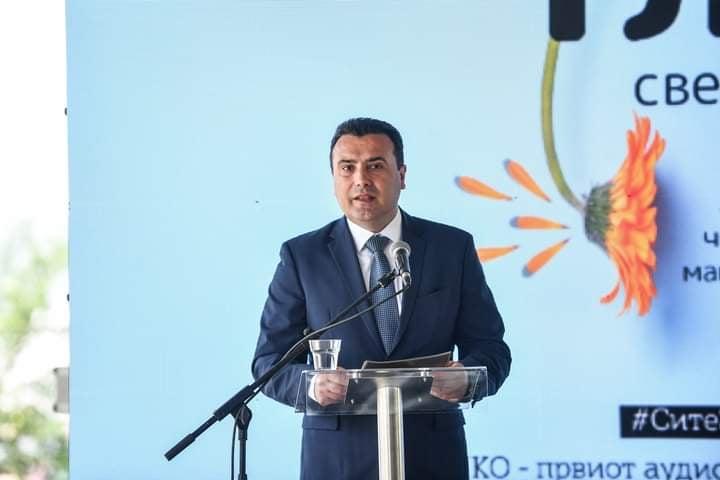 На сликата се гледа премиерот Заев како објаснува за предностите на Аудио Читачот