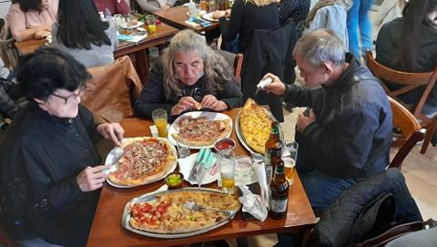 Маж и две жени на ручек