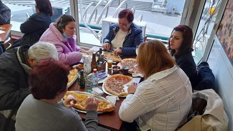 5 жени и еден маж на ручек